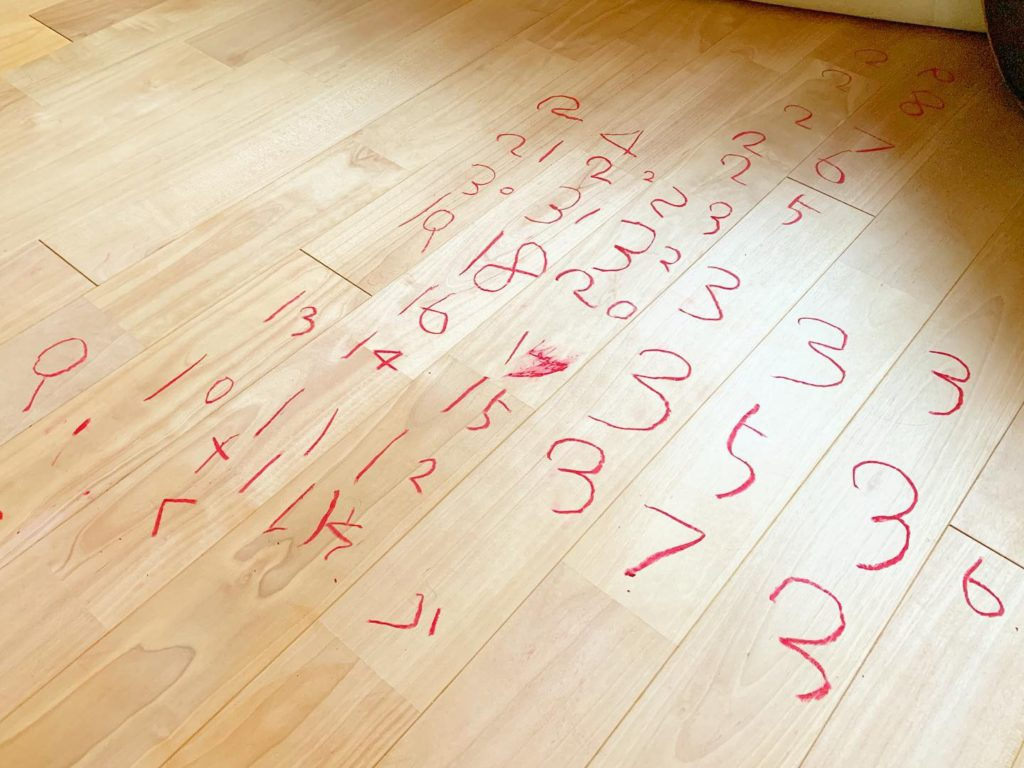 床のクレヨンの落書き