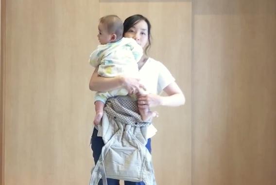 赤ちゃんを抱き入れる
